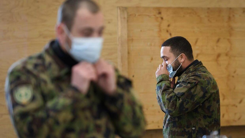 To soldater i det vestlige Shcwiez forbereder sig, før de skal ud og støtte et offentligt hospital. AFP.