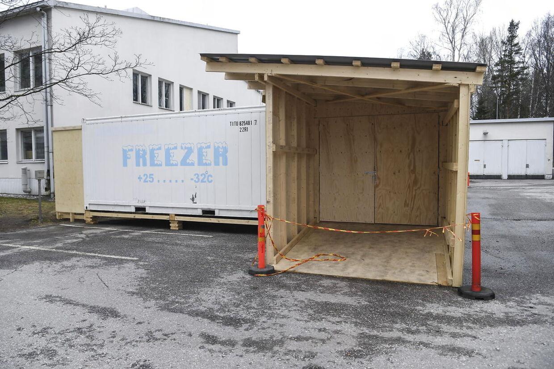 Udenfor hospitalet i Helsinki har man bygget et midlertidigt lighus. I denne container kan der ligge 90 lig.