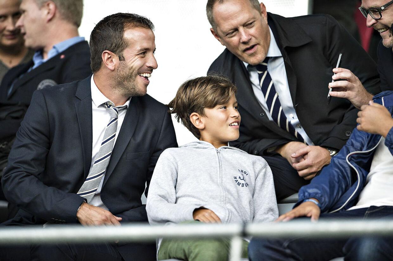 Rafael van der Vaart havde sønnen Damian med på MCH Arena forud for skiftet til FC Midtjylland.
