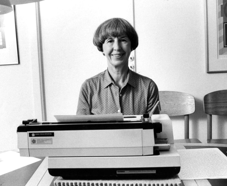 En ung Lise Nørgaard ved skrivemaskinen.