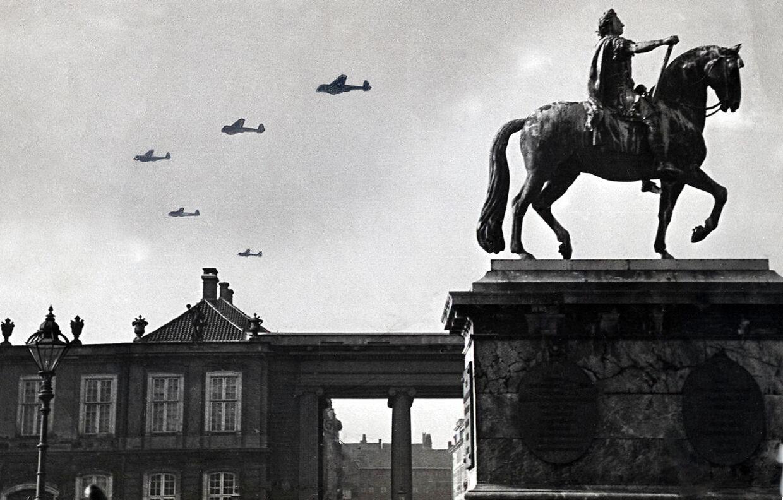 Tyske fly over Amalienborg i København om morgenen den 9. april.