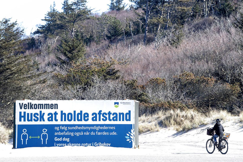 Kæmpe skilte ved stranden i Tisvildeleje skal huske gæsterne på at holde afstand til hinanden.