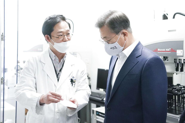 Den sydkoreanske præsident, Moon Jae-in (th.), tog hurtigt affære for at hindre spredningen.