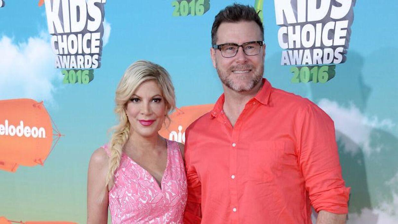46-årige Tori Spelling med sin mand, 53-årige Dean McDermott. Her ses de ved Nickelodeon's Kids' Choice Awards i 2016.
