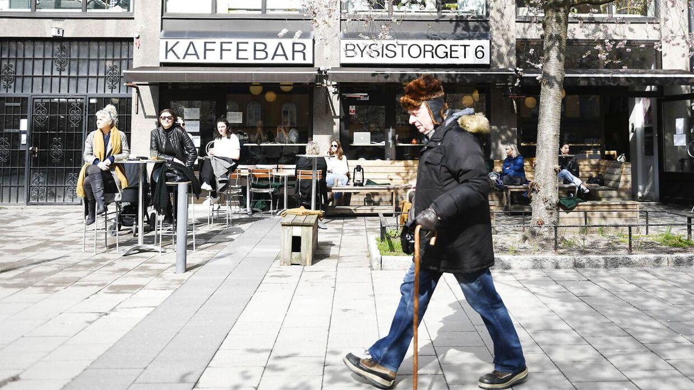Mens gader og stræder flere steder rundt om i verden ligger næsten øde, så fortsætter livet mere eller mindre som normalt i Sverige. Her ses et billede fra Stockholm 7. april 2020.