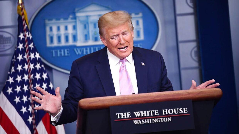 På et pressemøde fredag kaldte Donald Trump coronavirussen en 'baktiere så genial, at antibiotika ikke kan følge med'