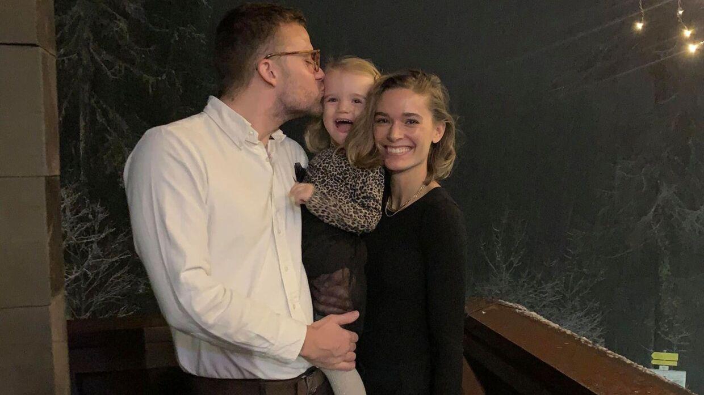 Tina Maria med sin kæreste og parrets datter Olivia.