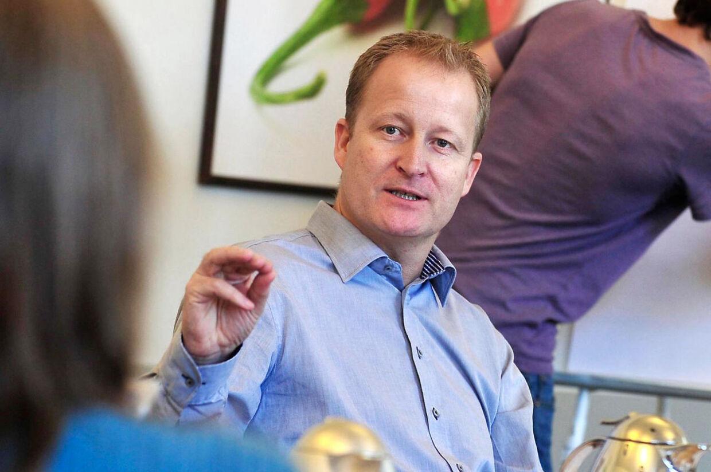 Direktøren for Danske Patienter, Morten Freil, er meget bekyrmret over nye tal om, hvor mange coronasmittede på plejehjem, der dør.