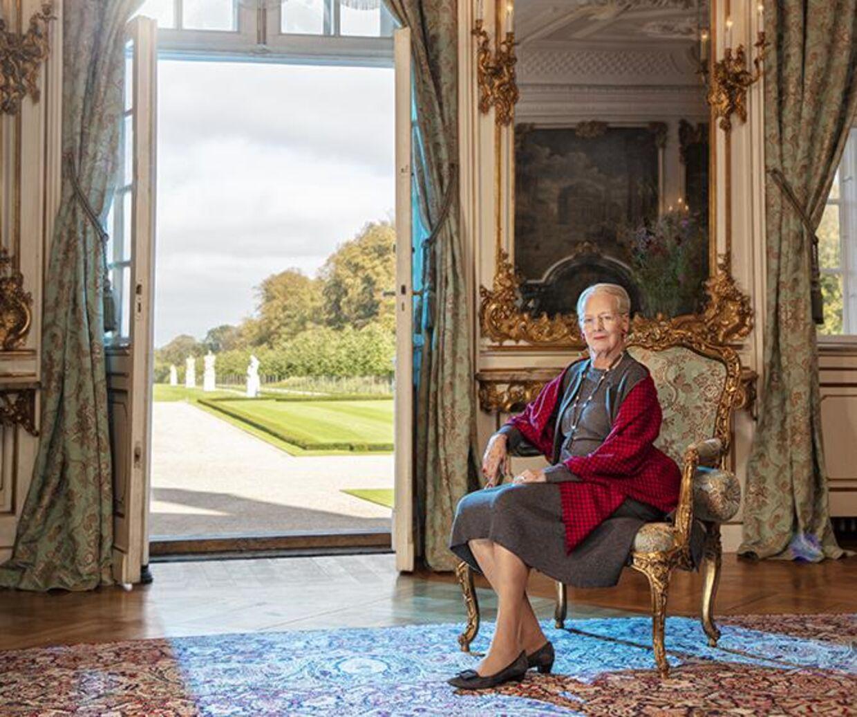 Seriens anden del var en serie billeder af dronning Margrethe i Havesalen på Fredensborg. Her er et af dem.