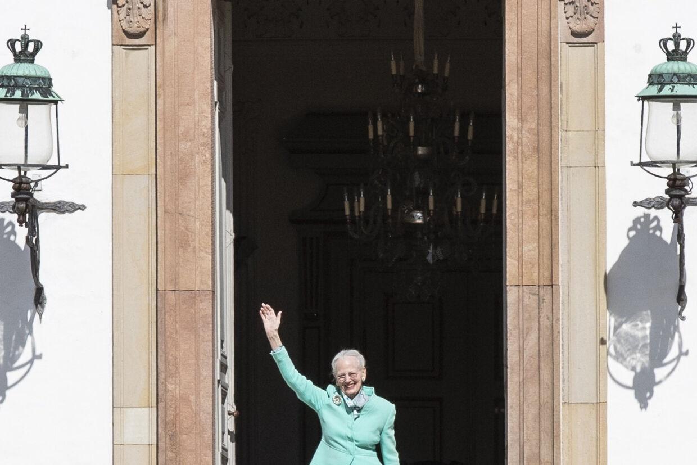 Dronning Margrethe vinker til de mennesker, der er mødt op foran Fredensborg Slot i forbindelse med 80-års fødselsdagen.