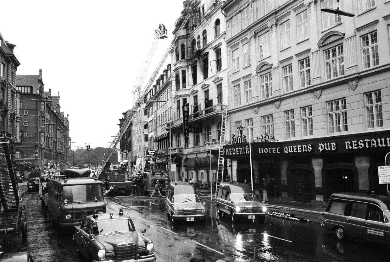 En stor skare af brandfolk arbejdede i flere dage med at få slukket ilden helt efter den katastrofale pyromanbrand 1. september 1973 på Hotel Hafnia i København. Hovedparten af de 35 omkomne var amerikanske statsborgere.