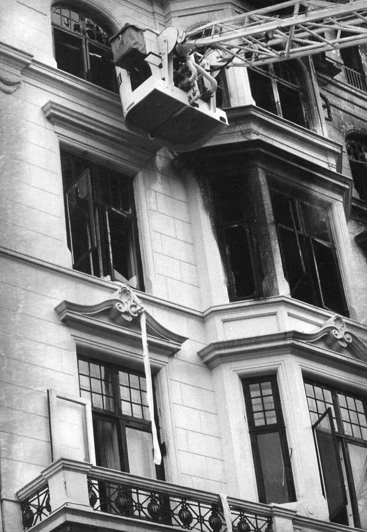 Under den kraftige brand på de øverste etager af Hotel Hafnia i København i 1973 sprang nogle af hotellets gæster i døden fra hotellets altaner for at undslippe flammerne. Andre havde held til at kravle ned via sammenbundne lagner eller blev reddet via brandfolkenes stiger, der blev brugt til det maksimale af deres kapacitet.