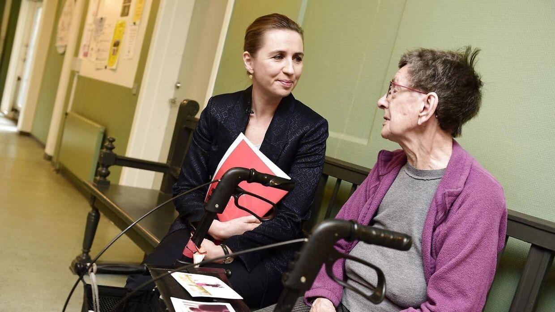 Mette Frederiksen besøgte sidste år Sølund Plejecenter i København, inden hun blev valgt til statsminister. Nu er 12 døde på plejehjemmet af Covid-19. Den ældre kvinde på billedet har ikke noget med denne artikel at gøre.