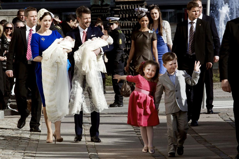 Lille prins Christian havde rigeligt at se til, da han skulle holde styr på sin meget livlige søster under prins Vincent og prinsesse Josephines dåb.