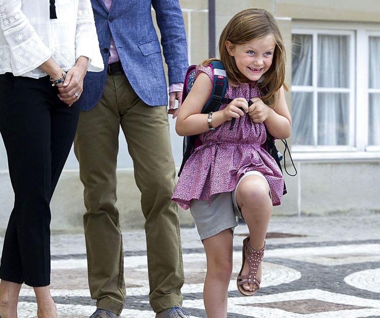 En lille royal linselus kan man vist godt kalde prinsesse Isabella, der var helt i hopla på sin første skoledag.