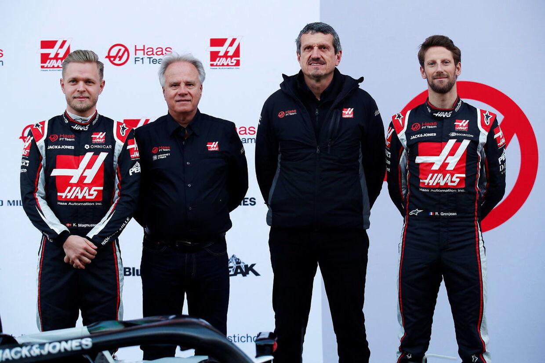 Romain Grosjean, Kevin Magnussen, Gene Haas og Günther Steiner sammen. (EPA/ALEJANDRO GARCIA)