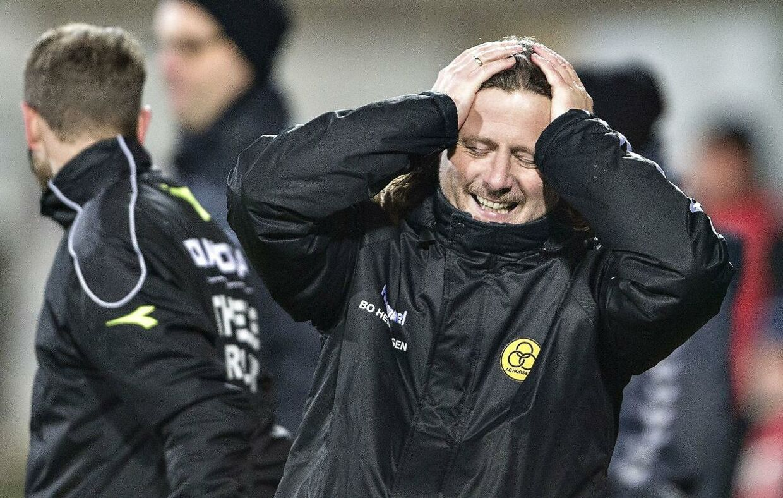 Man kan ikke beskylde Bo Henriksen for at sidde stille, når han opholder sig på sidelinjen under en Superliga-kamp.