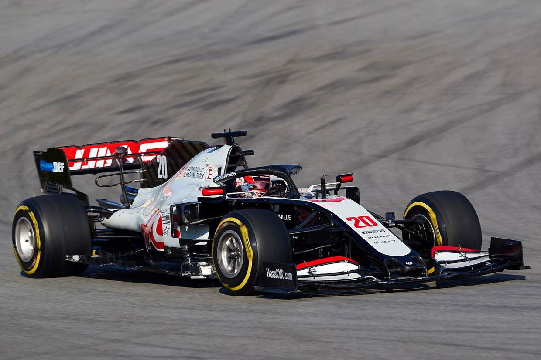 Kevin Magnussen testkører den nye Haas-racer ved Circuit de Barcelona-Catalunya i april.