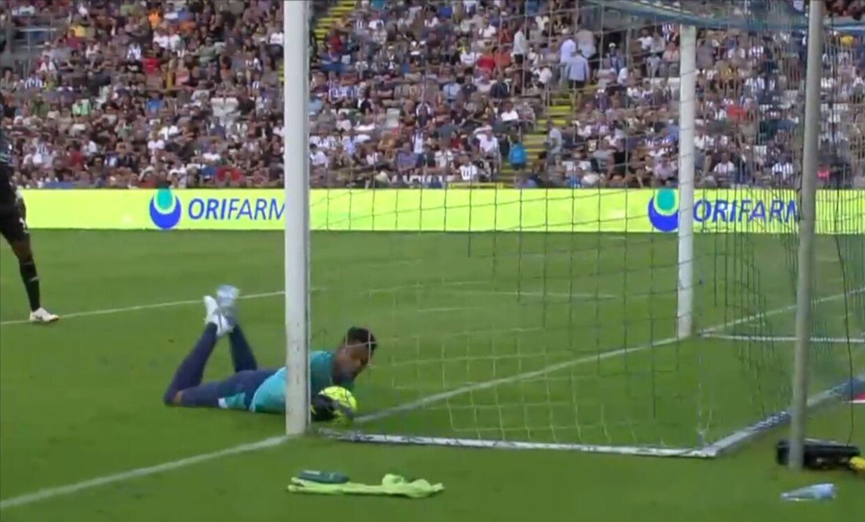 Her redder daværende OB-keeper et hovedstød fra FCK's Rasmus Falk på mirakuløs vis.