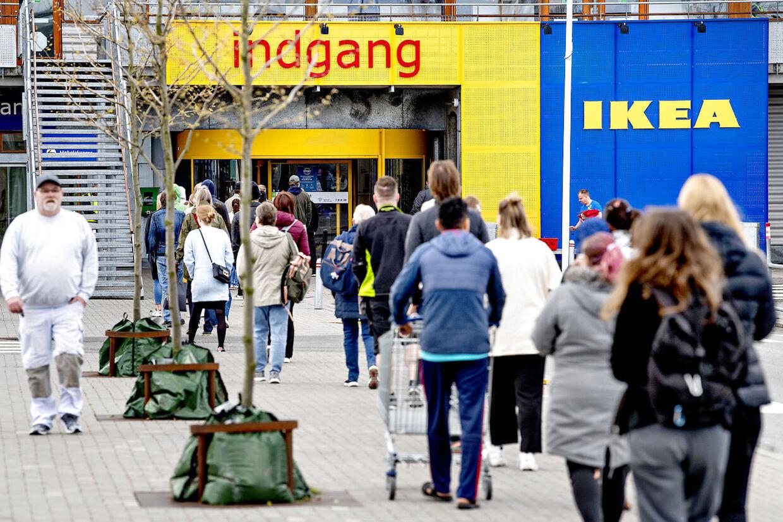 Ikea har genåbnet deres varehuse efter nogle ugers corona-nedlukning. Tirsdag den 28. april var der stadigvæk lang kø – her foran varehuset i Gentofte.