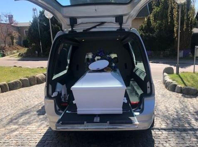 Lones far blev begravet til søs, hvor familien var samlet.