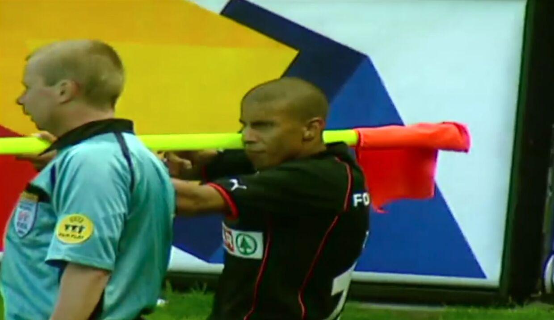 Her gør Mohamed Zidan kreativ brug af hjørneflaget, som han bruger som bazooka.