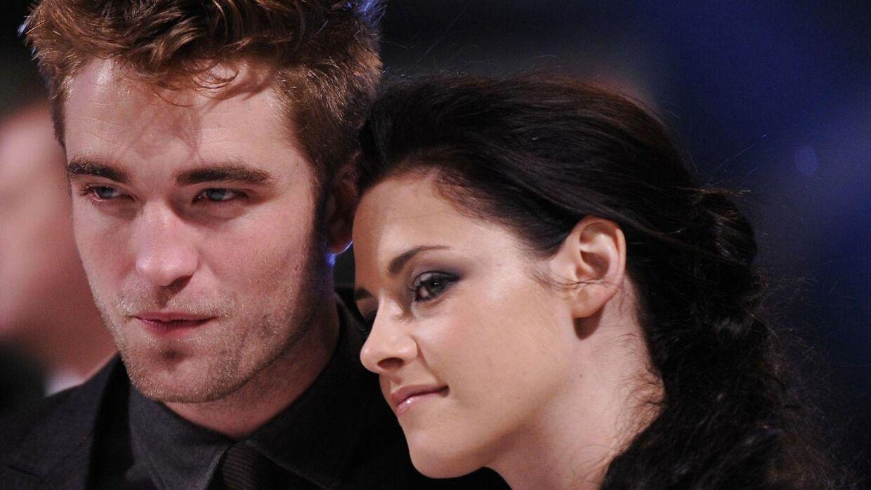 I filmatiseringen af bøgerne spilles hovedrollerne er Robert Pattinson og Kristen Stewart.