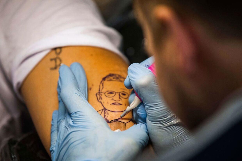 Det svenske svar på vores Søren Brostrøm er blevet så populær, at en tatovør i Stockholm er begyndt at tatovere Anders Tegnells portræt på kunderne. »Det er første gang, at en rigtig nørd bliver idoliseret,« siger tatovøren.