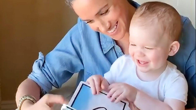 Her ses et billede fra videoen, som parret har delt på Instagramsiden tilhørende velgørenhedsorganisationen 'Save the Children UK'.