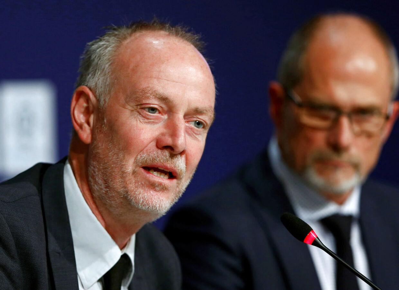 Direktør for Divisionsforeningen Claus Thomsen (tv.) varsler, at den kommende Superliga-sæson formentlig sparkes i gang til september.