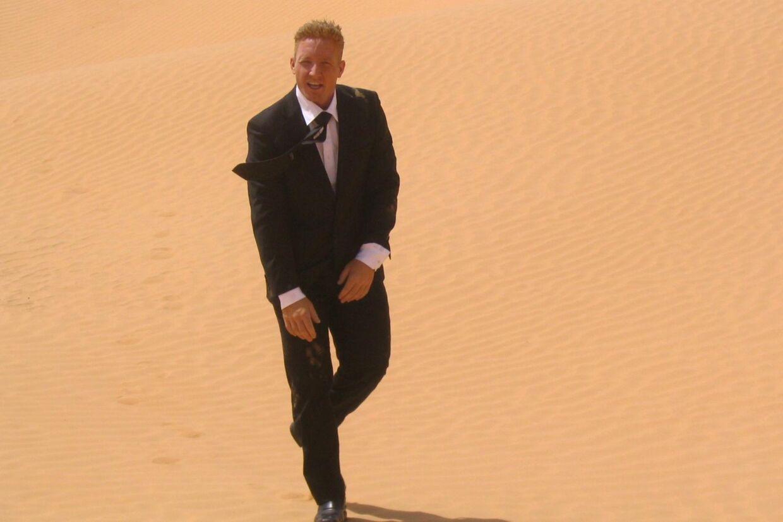 Nej, det er ikke 007. Det er danske Ronny Morris i Sahara-ørkenen.