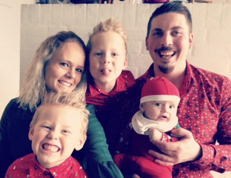 Sanne og Patrick med deres fælles søn på 6 måneder samt Sannes to sønner fra et tidligere forhold. (Foto: Privat)