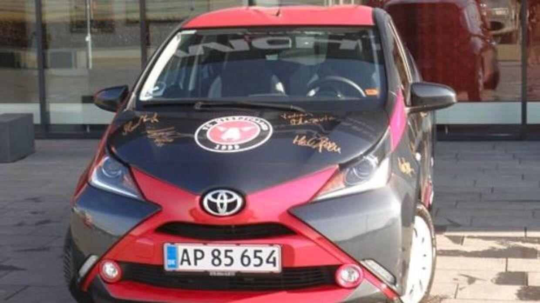 En FCM-fan har dekoreret sin bil med spillernes autografer.