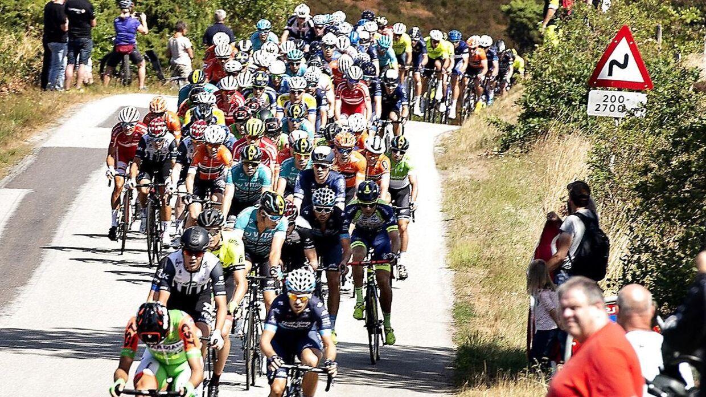 Rytterne ses her ude på 2. etape af cykelløbet PostNord Danmark Rundt i Dollerup Bakker syd for Viborg, onsdag 1. august 2018.
