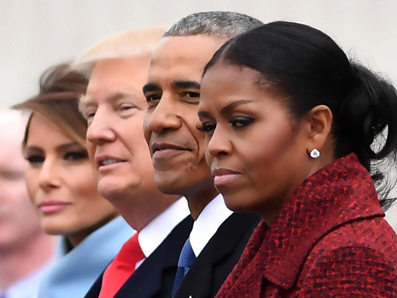 Michelle Obama vender bogstaveligt talt det hvide ud af øjnene, mens hun stiller op til foto sammen med Melania og Donald Trump.