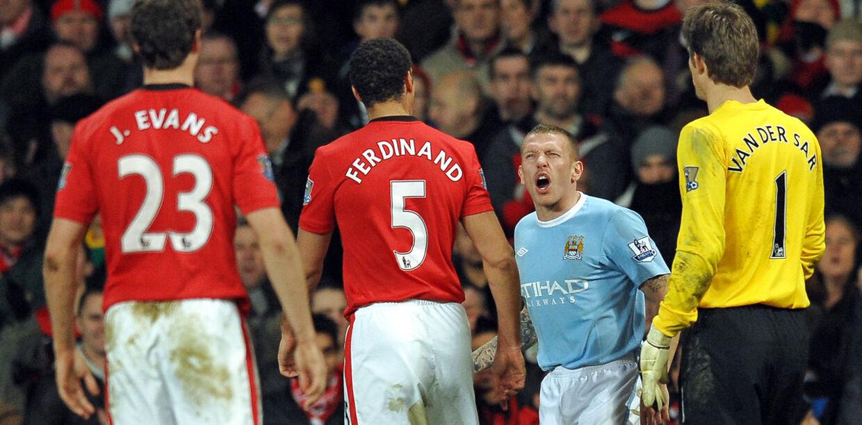 Craig Bellamy var en af de hårde hunde på fodboldbanen. Her skændes han med Manchester Uniteds Rio Ferdinand.