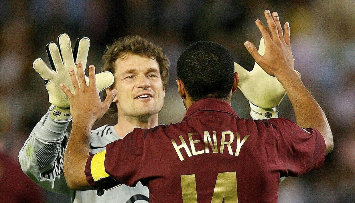Arsenal's goalkeeper Jens Lehmann (L) celebrates Thierry Henry (R) after the second leg of their Champions League semi-final soccer match against Villarreal at El Madrigal in Villarreal, April 25, 2006. REUTERS/Eddie Keogh