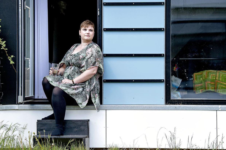 Johanne, 25 år, læser til dagligt på Københavns Universitet, men corona-nedlukningen og et brækket kraveben har isoleret hende i den lille ungdomsbolig i Albertslund, og det har været hårdt for psyken.