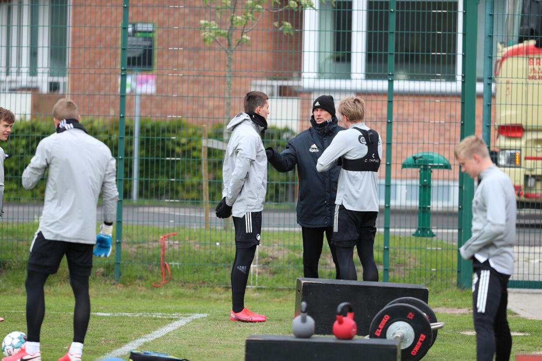 Jonas Wind (tv.) og Mikkel Kaufmann får instrukser af cheftræner Ståle Solbakken under træning, fredag 15.05.