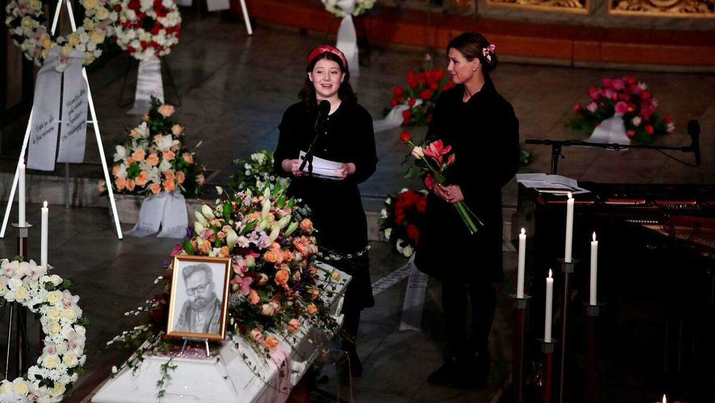 Her prinsessen sammen med sin ældste datter, Maud Angelica Behn, under Ari Behns begravelse 3. januar.
