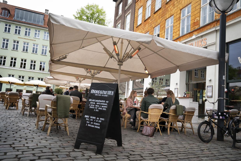 Flere kæder fortæller, at de har modtaget reservationer fra danskere, der gerne vil ud at spise efter to måneders nedlukning. Men det er svært at sige noget med sikkerhed om, hvordan det kommer til at blive i den kommende tid. (Arkivfoto) Liselotte Sabroe/Ritzau Scanpix