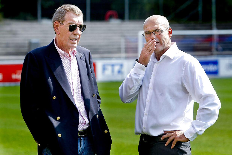 Kurt Andersen i samtale med cheftræner Ove Pedersen, der både var træner i AGF og FC Vestsjælland under bankmandens ledelse.