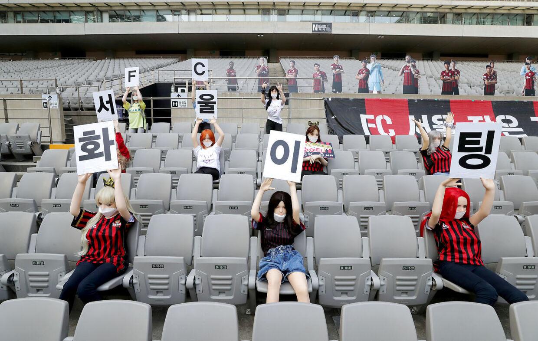 Mannequinner er placeret på tilskuerpladserne til kampen mellem FC Seoul og Gwangju FC i den sydkoreanske liga.
