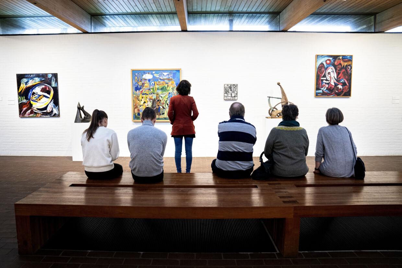 Når eksempelvis museer tager imod kunder igen efter coronanedlukningen, bør de droppe rundvisninger, da de kan få folk til at stimle for tæt sammen. Sådan lyder det i retningslinjer fra Kulturministeriet. På billedet ses Asger Jorn-rummet på kunstmuseet Louisiana i Humlebæk. Ida Guldbæk Arentsen/Ritzau Scanpix