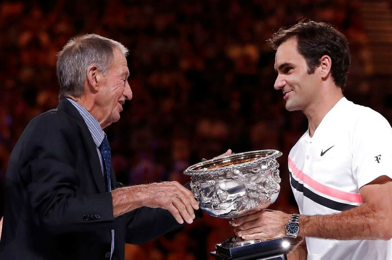 Ashley Cooper overræker Roger Federer Australian Open-trofæet i 2018.