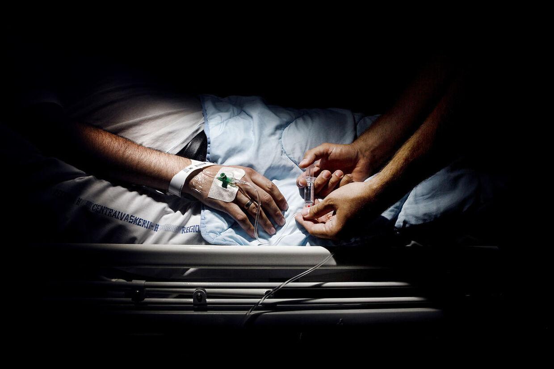 (ARKIV) Patient på Hvidovre Hospital, den 12. juli 2013. Hurtig behandling er ofte afgørende i kampen mod kræft. Derfor kalder Kræftens Bekæmpelse det alarmerende, at en ny opgørelse over kræftpatienters ventetider på behandling er tilbage på samme høje niveau som for fire år siden. Det skriver Ritzau, torsdag den 31. august 2017.. (Foto: Nikolai Linares/Scanpix 2017)