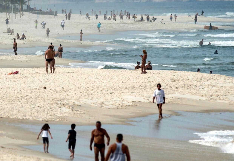 Masser af brasilianere på stranden i Rio de Janeiro, selvom myndighederne lægger op til at holde sig fra hinanden og blive hjemme.