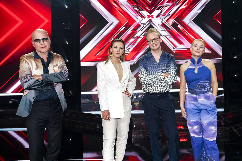 Thomas Blachman med finaledeltagerne Alma Agger, Mathilde Caffey og Emil Wismann