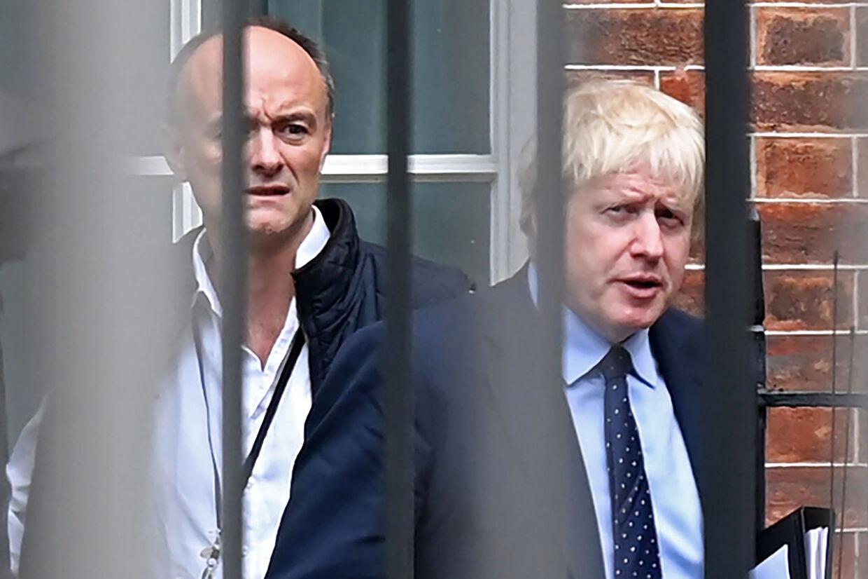 Dominic Cummings og Boris Johnson forlader Downing Street 10 i det centrale London. Arkivfoto