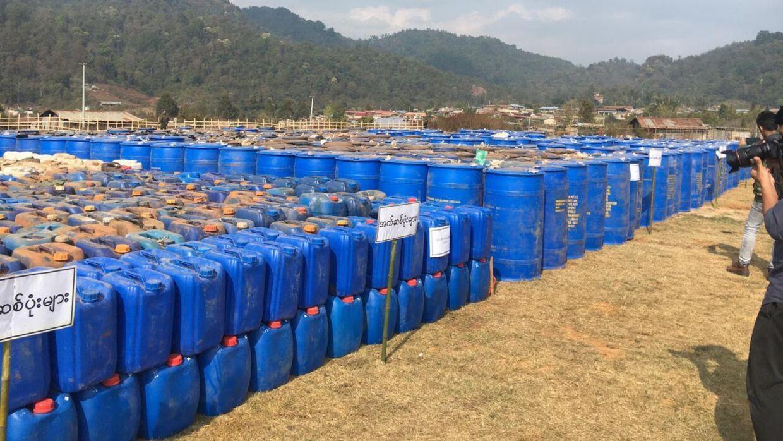 Her ses kemikalier, som politiet i Myanmar har fundet. Kemikalierne anvendes til at producere ulovlige stoffer. Politiet fandt 163.000 liter kemikalier.